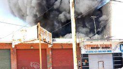 feroz incendio en villa centenario: se prendio fuego un deposito