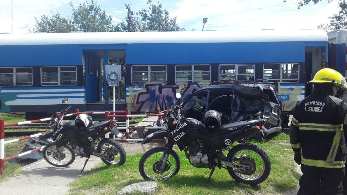 Accidente en Ezeiza: un tren embistió a una camioneta.