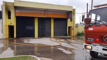Bomberos apagaron un incendio intencional en un comercio cerrado en El Jagüel