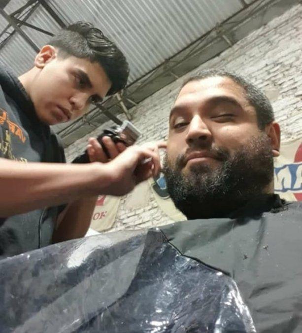 Patricio corta el pelo a grandes y chicos en su casa de Llavallol.