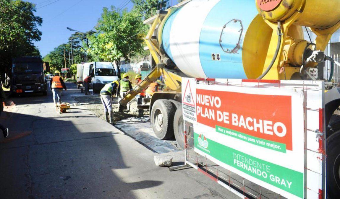 Avanzan las obras de bacheo y asfalto en Esteban Echeverría