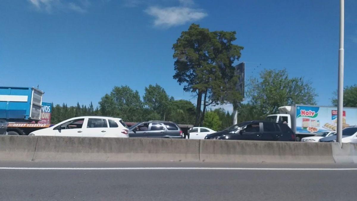 Así está la autopista por el corte en la entrada del Aeropuerto de Ezeiza.