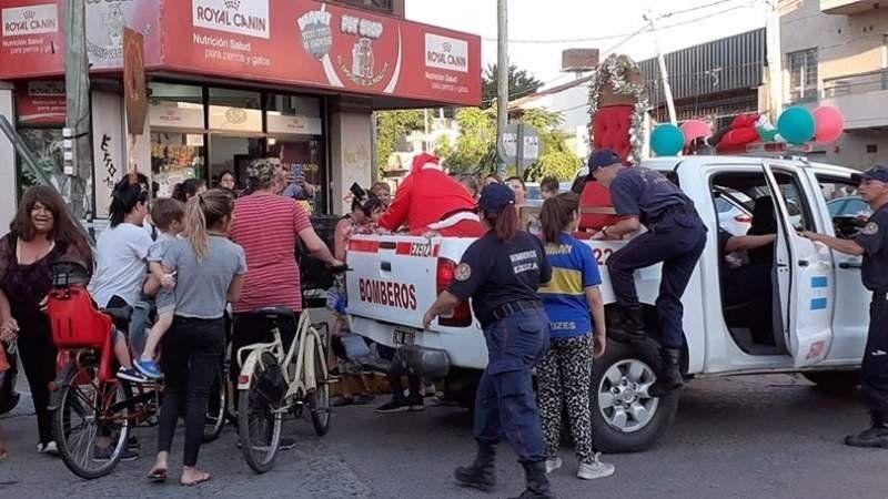 Bomberos con los chicos: así comenzaron los festejos de Navidad en Ezeiza
