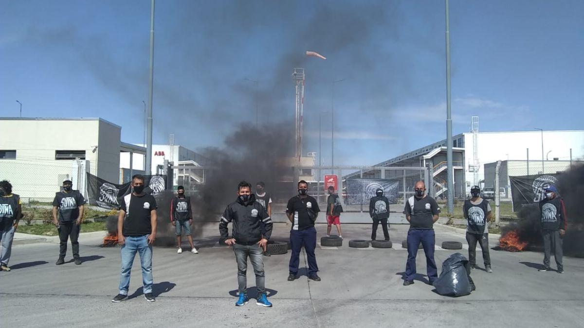Trabajadores de Firestone-Bridgestone bloquean la entrada y salida de camiones con neumáticos. Crece el conflicto laboral.
