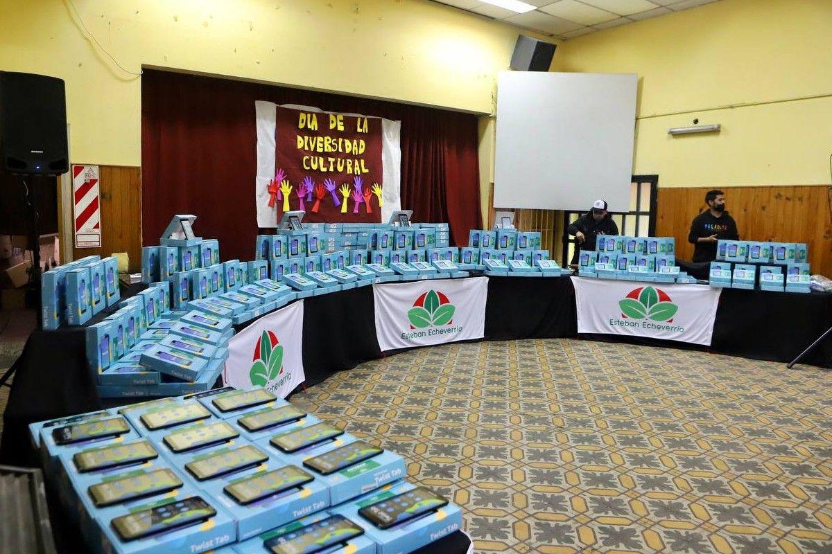 Esteban Echeverría: Fernando Gray entregó 367 tablets a estudiantes adultos