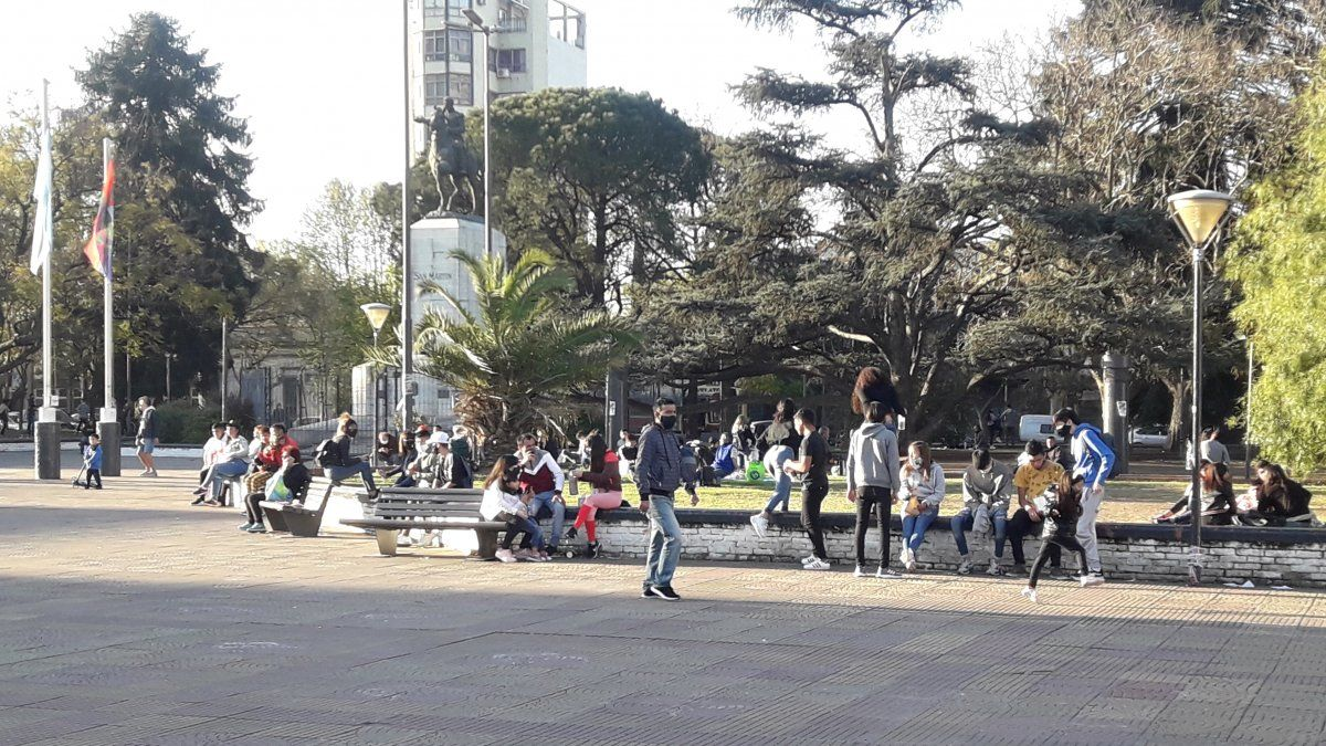 Primavera en Lomas de Zamora: ante el cierre de los parques, hubo gran concurrencia a las plazas