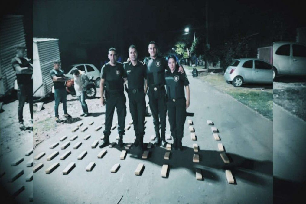 Estos policías habrían participado de la fiesta clandestina en Monte Chingolo (foto captura de Telenoche)