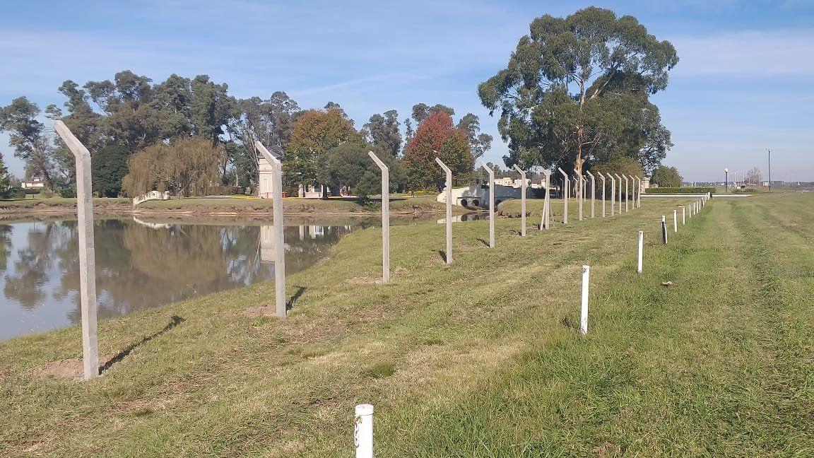 San Eliseo coloca un cerco eléctrico en el lago de su entrada