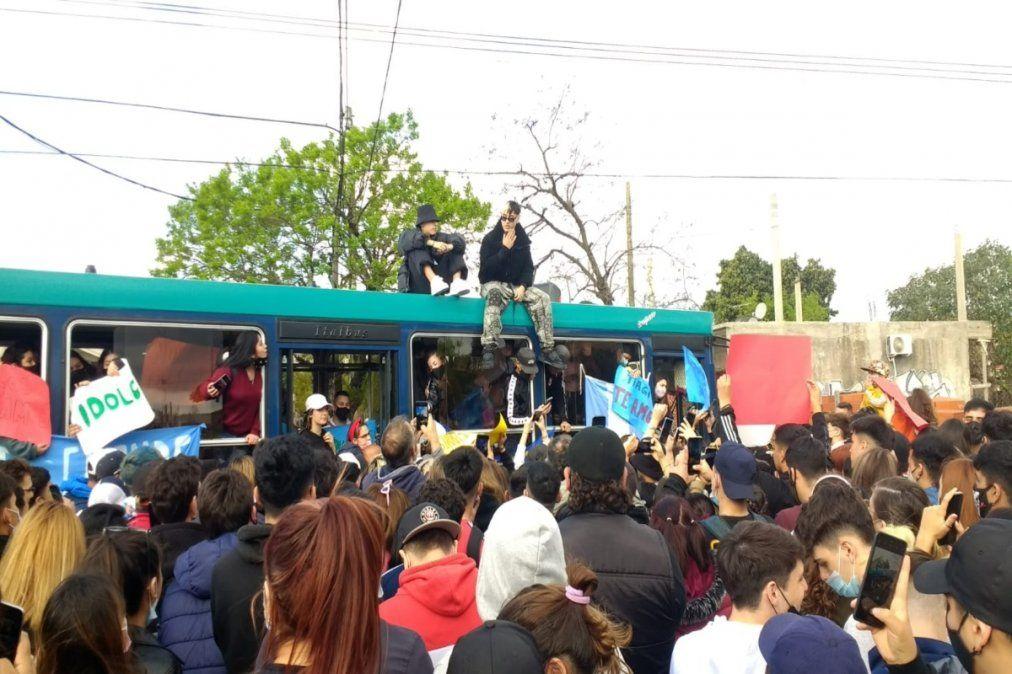 Los músicos Tiago PZK y Trueno filmaron un videoclip subidos a un colectivo de la Línea 501 en Monte Grande.