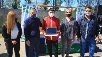 Esteban Echeverría: Fernando Gray entregó netbooks a estudiantes de sexto año