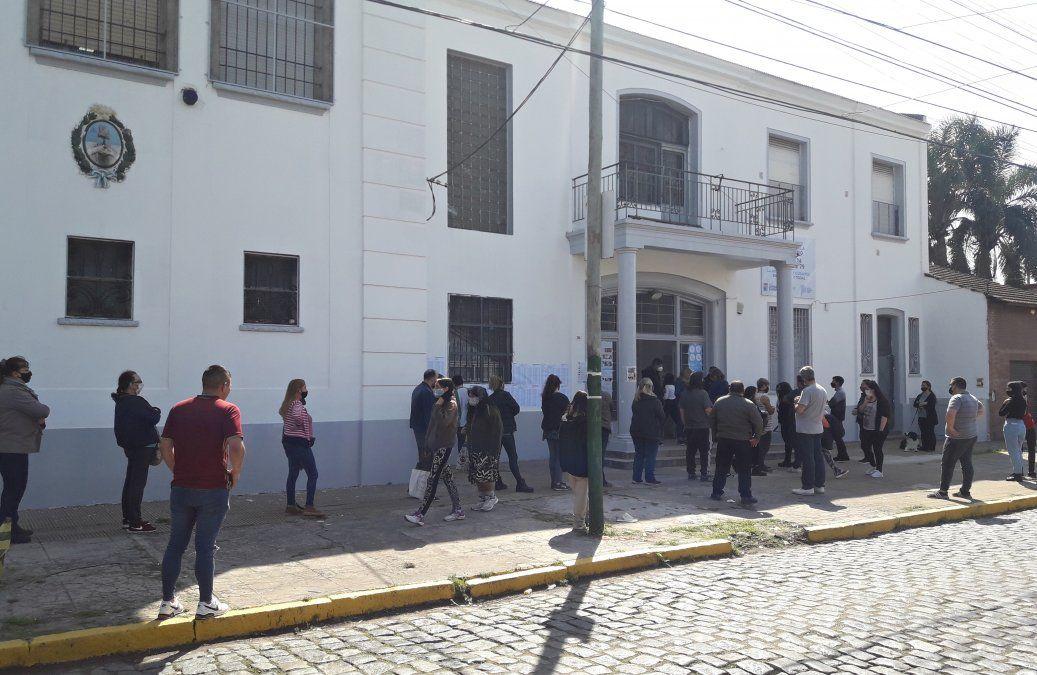 Vecinos haciendo fila en la Escuela Nº 24 de Banfield.